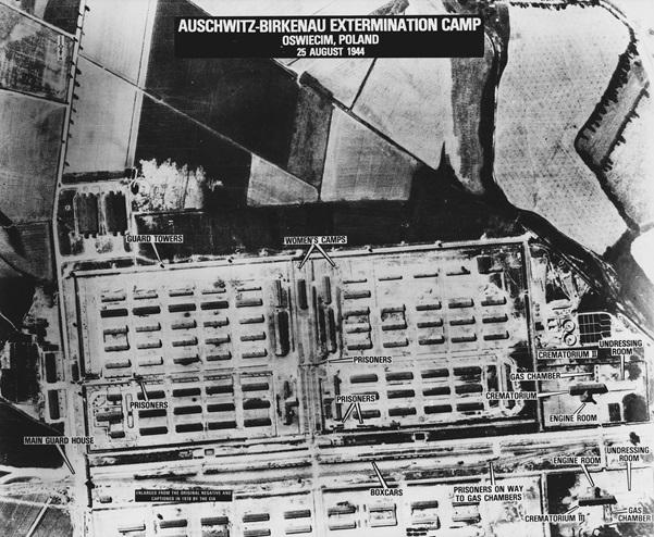奧斯威辛-比克瑙集中營高空照,攝於1944年8月25日,二號火葬場及毒氣室位於圖片右下角。