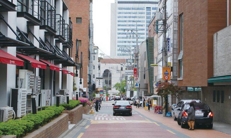 梨花女子大學後門和延世大學東門之間的巷弄。